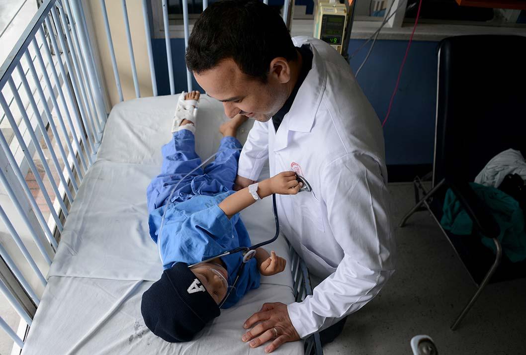 El Dr. Mauricio Sánchez Salazar atiende a Keylor Zuñiga Ruiz en el Hospital Nacional de Niños.