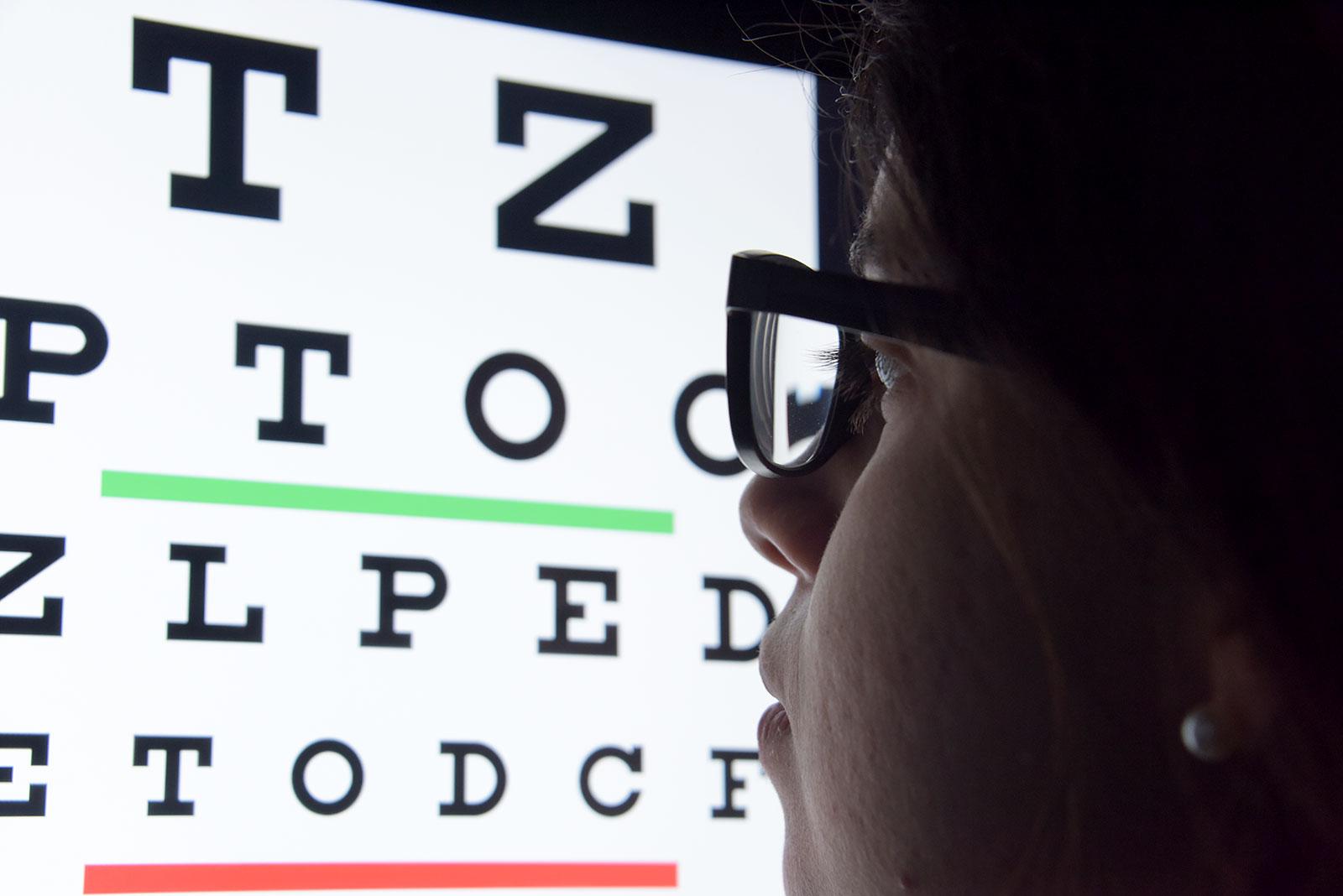 8407a03c6dff4b Cuando una persona tiene miopía, los objetos lejanos se ven borrosos.  Mientras que cuando