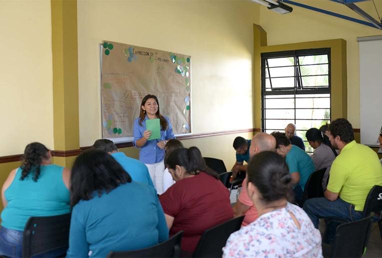 Los familiares del estudiantado que está en residencias asisten a un taller para padres en el …